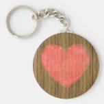 Dibujo del corazón en la pared de madera llavero personalizado