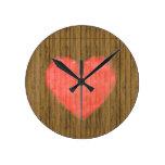 Dibujo del corazón en la pared de madera reloj