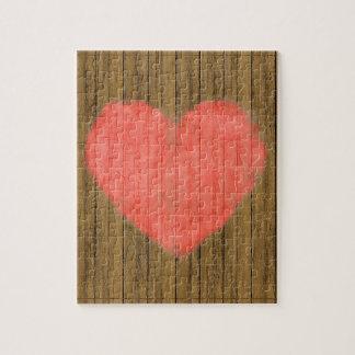 Dibujo del corazón en la pared de madera rompecabezas con fotos