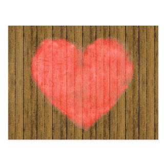 Dibujo del corazón en la pared de madera tarjetas postales