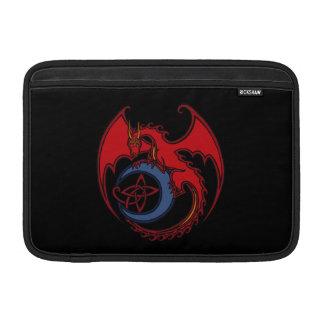 Dibujo del dragón céltico negro rojo y de la luna funda  MacBook