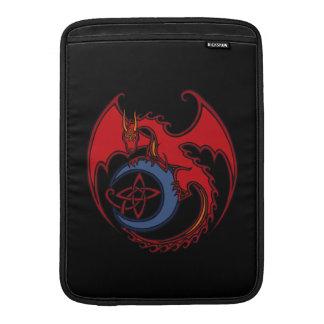 Dibujo del dragón céltico negro rojo y de la luna fundas MacBook