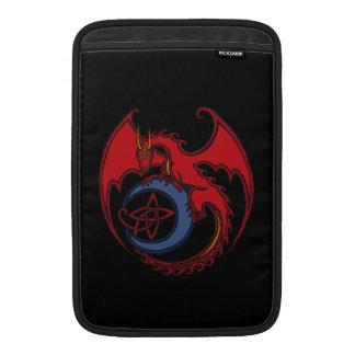 Dibujo del dragón céltico negro rojo y de la luna funda macbook air