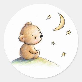 Dibujo del oso de peluche lindo que mira la pegatina redonda