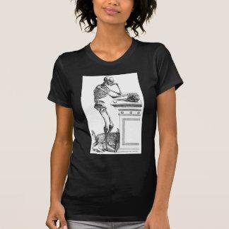 Dibujo del vintage de un esqueleto derecho camiseta