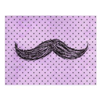 Dibujo   divertido del bigote con los lunares púrp postal