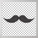 Dibujo divertido del bigote y lunares negros posters