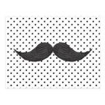 Dibujo divertido del bigote y lunares negros postal