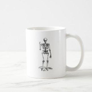 Dibujo frontal del vintage de un esqueleto que agi tazas