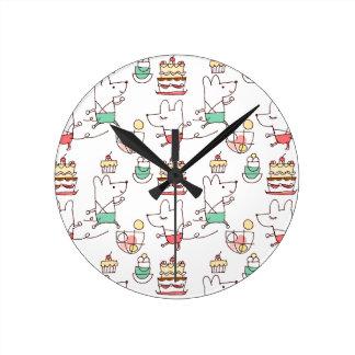 Dibujo lindo del cocinero de la panadería de los r reloj redondo mediano