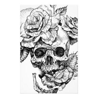 Dibujo negro humano del cráneo y de la tinta de papelería