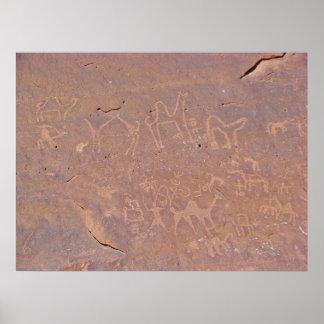 Dibujos tallados prehistóricos en el desierto poster