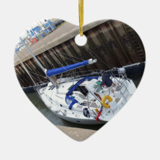 Dicha del yate en la cerradura adorno navideño de cerámica en forma de corazón