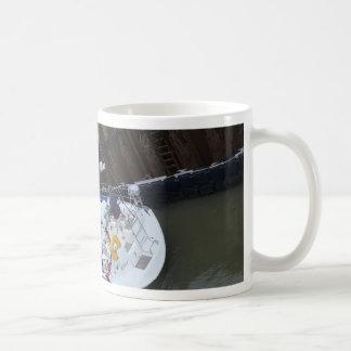 Dicha del yate en la cerradura taza de café
