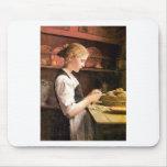 Die kleine Kartoffelschälerin Girl Peeling Potatos Mouse Pad