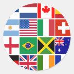 Dieciséis banderas de muchas camisetas de las naci etiquetas redondas
