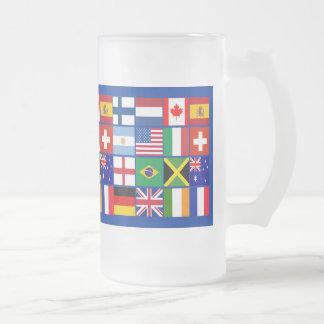 Dieciséis banderas de muchas camisetas de las taza de cristal