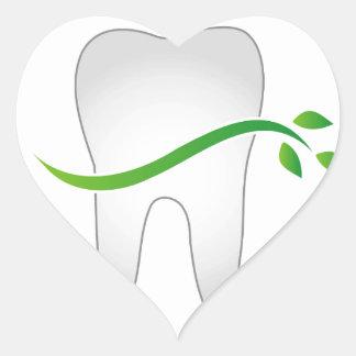 Diente con las hojas verdes pegatina en forma de corazón