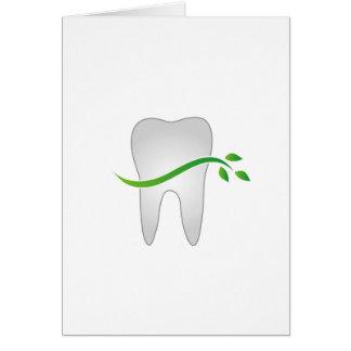 Diente con las hojas verdes tarjeta de felicitación