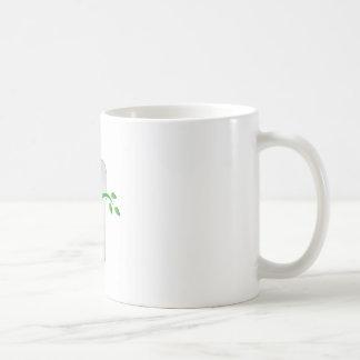 Diente con las hojas verdes taza de café