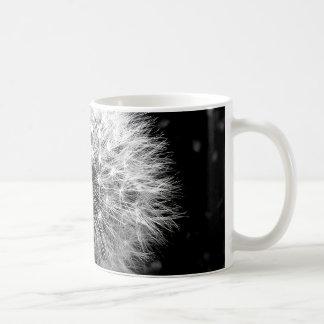 Diente de león blanco y negro taza de café