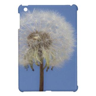Diente de león contra el cielo azul iPad mini cárcasas