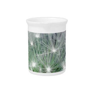 Diente de león verde y blanco fresco con los water jarras de beber