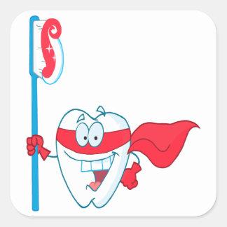 Diente sonriente lindo del super héroe con el pegatina cuadrada