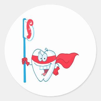Diente sonriente lindo del super héroe con el pegatina redonda