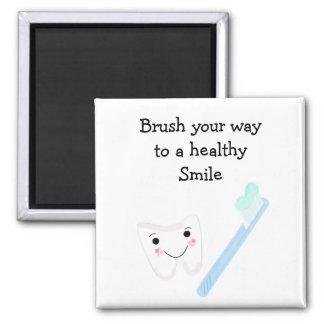 Diente y cepillo de dientes con el refrán dental iman