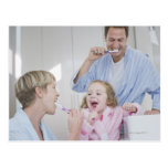 Dientes de cepillado de la familia junto tarjetas postales