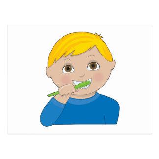 Dientes de cepillado del muchacho postal
