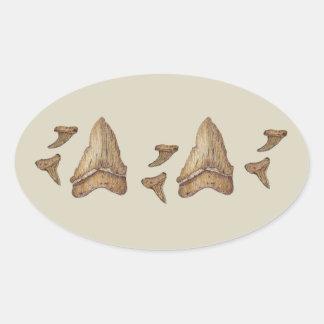 Dientes fósiles del tiburón calcomanía oval