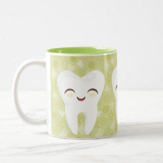 Dientes lindos del dibujo animado - taza verde del