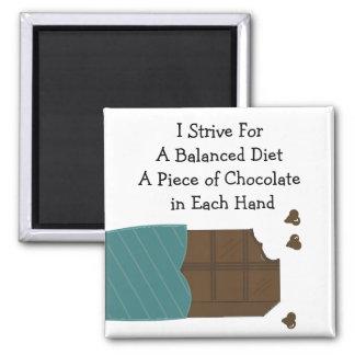Dieta equilibrada - chocolate en cada mano imán cuadrado