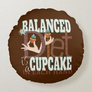 Dieta equilibrada de las magdalenas - humor sano cojín redondo