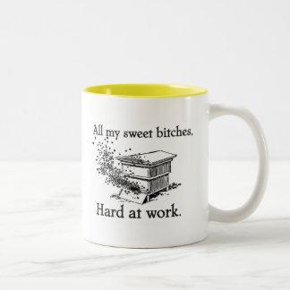 difícilmente en el trabajo taza de café de dos colores