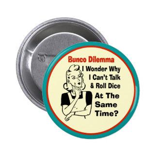 Dilema divertido de Bunco con la mujer retra Pin Redondo 5 Cm