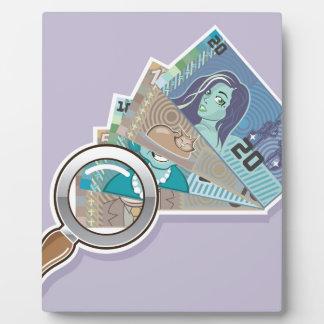 Dinero falso bajo vector de la lupa placas de madera