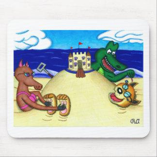 Dingo cosquilloso enterrado en la playa tapetes de ratón
