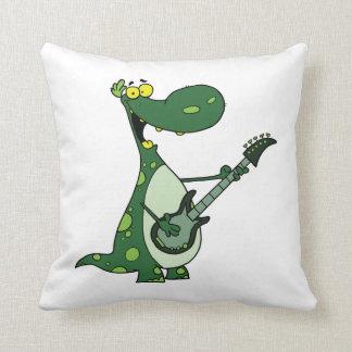 Dino verde que sostiene la guitarra gráfica cojín