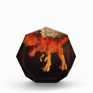 Dinosaurio anaranjado de T-Rex del juguete en espa