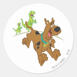 Dinosaurio Chasing2 de Scooby Doo Pegatina Redonda
