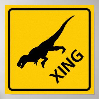 Dinosaurio de la muestra de la carretera de la tra póster