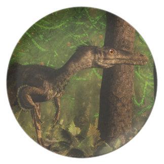 Dinosaurio del Velociraptor en el bosque Platos De Comidas