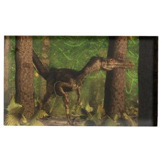 Dinosaurio del Velociraptor en el bosque Soportes Para Tarjetas De Mesa