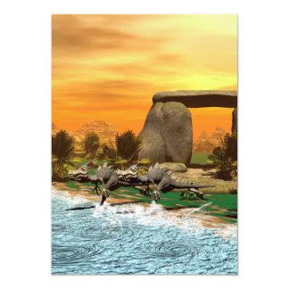 """Dinosaurio divertido que corre en la playa invitación 5"""" x 7"""""""