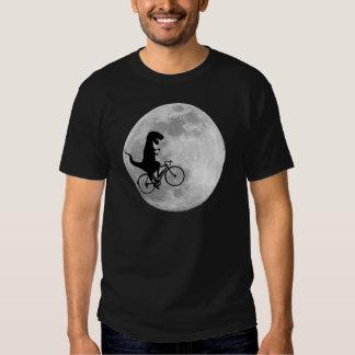 Dinosaurio en una bici en cielo con la camiseta de camisas