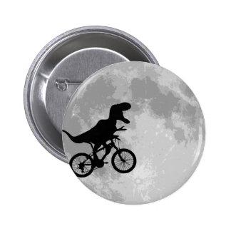 Dinosaurio en una bici en cielo con la diversión d pin redondo de 2 pulgadas