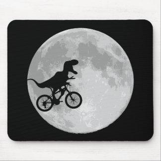 Dinosaurio en una bici en cielo con la luna alfombrillas de ratón